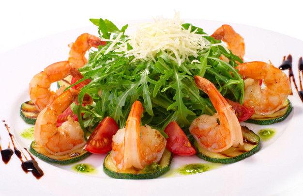 Фирменный салат с жареной рыбой с фото